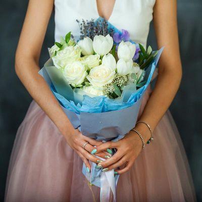 Букет из белых роз и тюльпанов. Серия Магия успеха