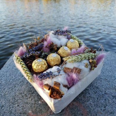 Композиция их хлопка, лагуруса, пшеницы и конфет Ферреро Роше