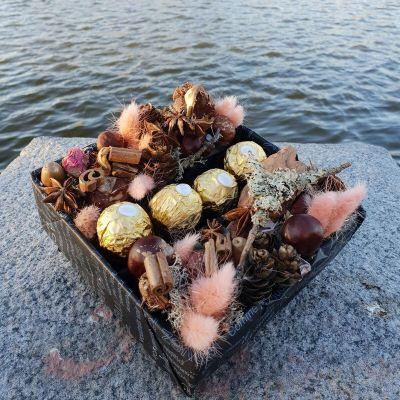 Композиция из плодов каштана, корицы и конфет Ферреро Роше