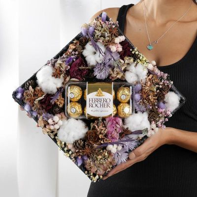 Коробка из хлопка, гортензии и сухоцветов с конфетами Ферреро Роше