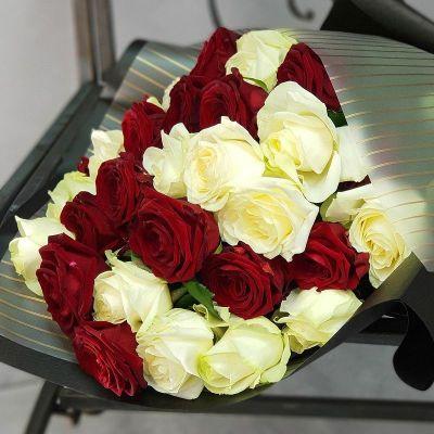 Букет из красной и белой розы в дизайнерской упаковке
