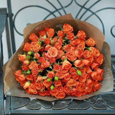 Яркий букет из 25 кустовых роз