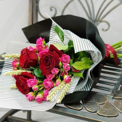 Букет из красных роз, кустовых роз и пшеницы
