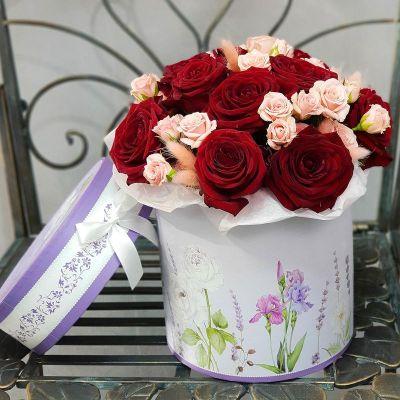 Букет из красных и розовых роз в шляпной коробке