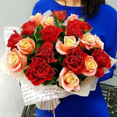 Букет из алых и коралловых роз в дизайнерской упаковке