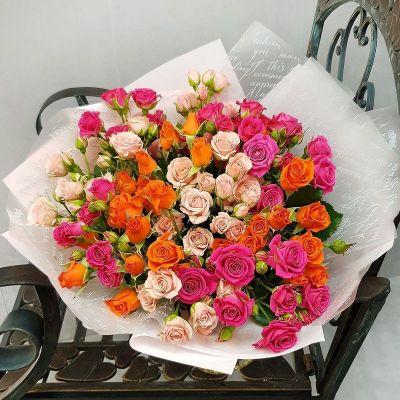 Букет из разноцветной кустовой розы