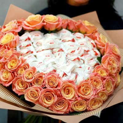 Большой букет из персиковых роз с конфетами Рафаэлло в сердце