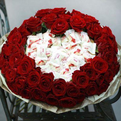 Большой букет с красными розами и сердце из конфет Рафаэлло