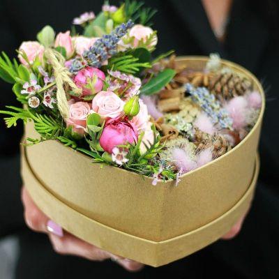 Романтичная композиция из кустовых роз с лавандой и природным декором