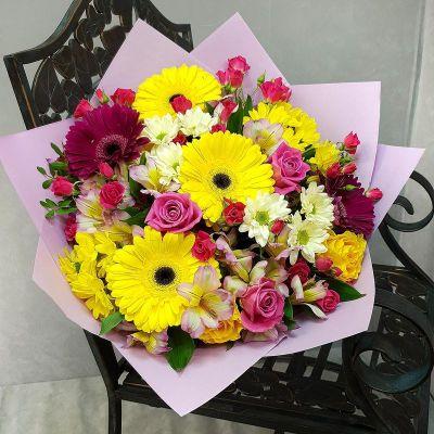Яркий букет из гербер, роз и хризантем