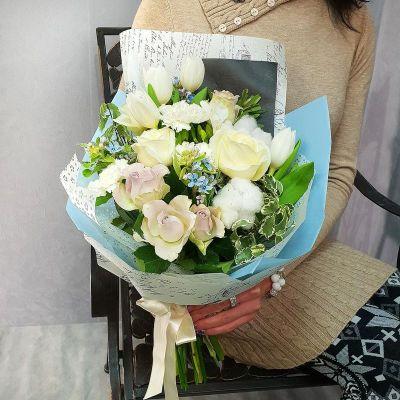 Букет из роз, тюльпанов с хлопком