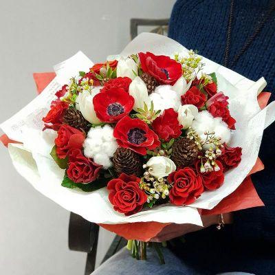 Букет из алых анемонов, роз и хлопка