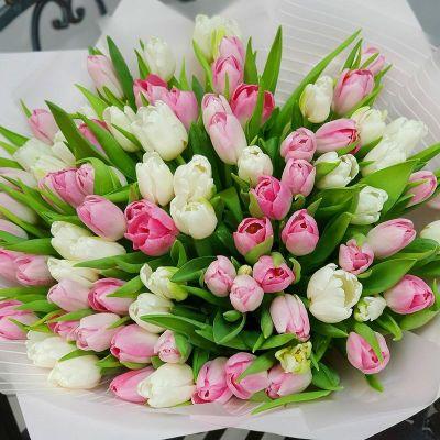 Весенний букет из розовых и белых тюльпанов в дизайнерской упаковке