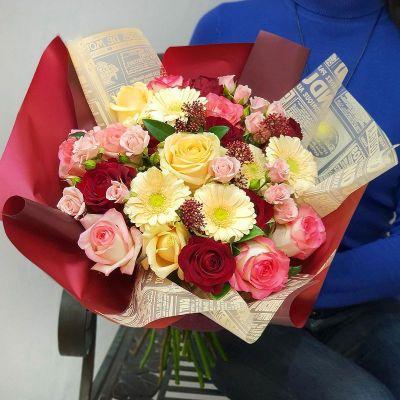 Необычный букет из роз, скимии и минигербер