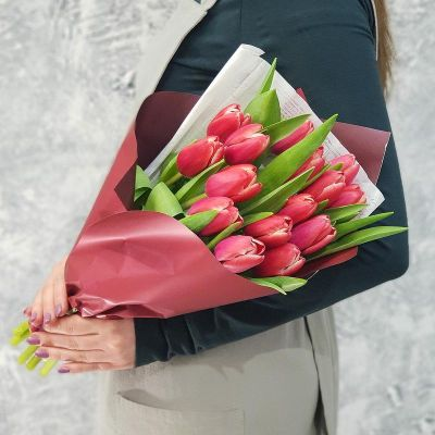 Букет из 15 тюльпанов в дизайнерской упаковке
