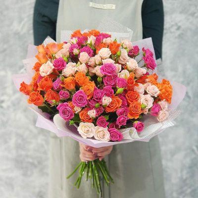 Эффектный букет из кустовых роз в дизайнерской упаковке