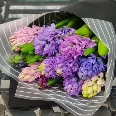 Весенний букет из гиацинтов в стильной упаковке