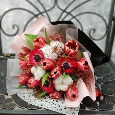 Букет весенний из тюльпанов, анемон и хлопка