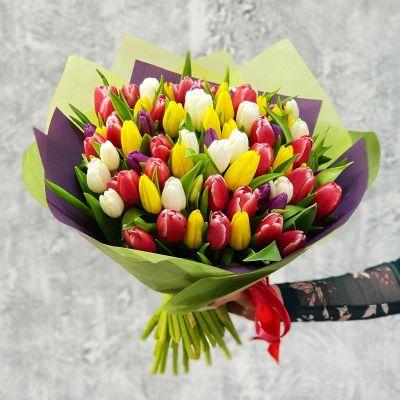 Букет из разноцветных тюльпанов в стильной упаковке