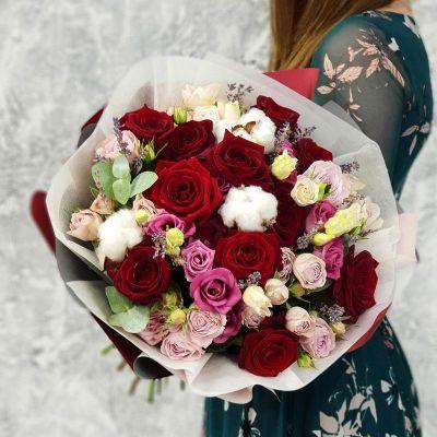 Букет с красной розой лавандой и хлопком