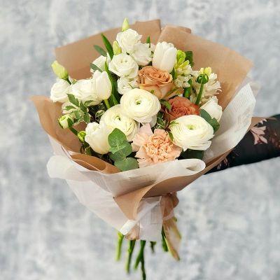 Элегантный букет из ранункулюсов и роз.