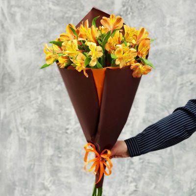 Оранжевый букет из альстромерии в упаковке