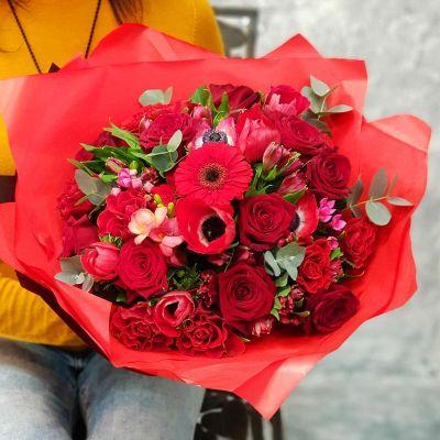 Яркий букет из анемонов и роз Пламенная страсть