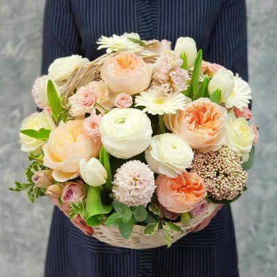 Нежная корзина из пионовидных роз Джульетта