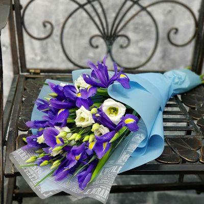 Весенний букет из ирисов и лизиантуса