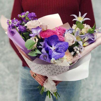 Букет стильный из орхидеи Ванда, роз и клематиса