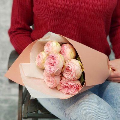 Букет из 7 пионовидных роз в стильной упаковке