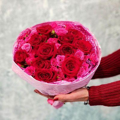 Яркий букет из красных и малиновых роз