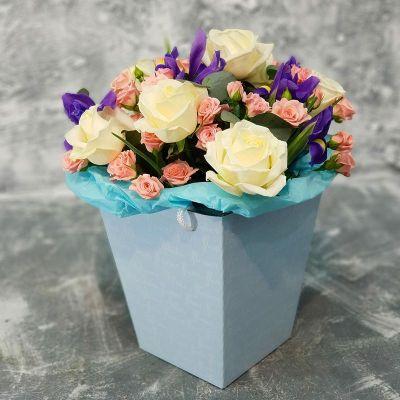 Букет из роз и ирисов в коробке