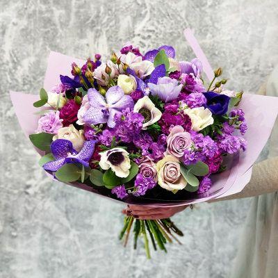 Большой сине-фиолетовый букет из орхидеи и анемонов
