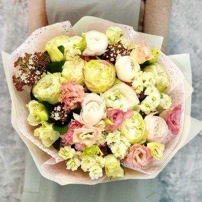 Бизнес букет из ранункулюсов и пионовидной розы