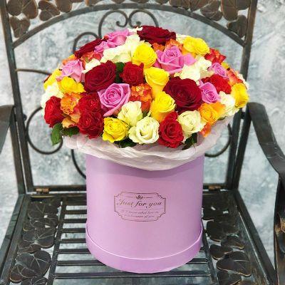 Большая коробка с разноцветными розами
