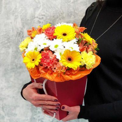 Яркий букет в коробке из гербер и хризантем