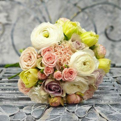 Круглый свадебный букет из ранункулюсов, тюльпанов и кустовых роз