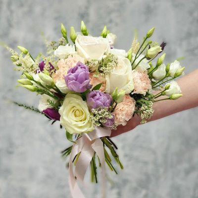 Компактный букет из лизиантуса, астильбы и пионовидных роз