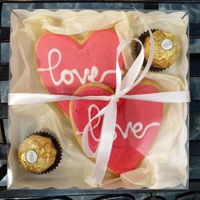 Коробочка с сладкими сердцами ручной работы и конфетами