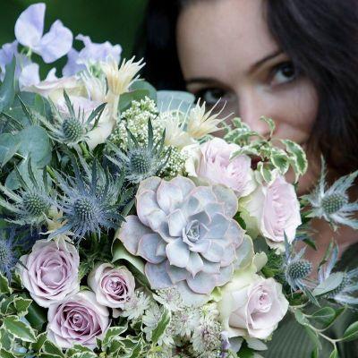 Нежный букет с голубой розой и клематисом. Серия Магия защиты