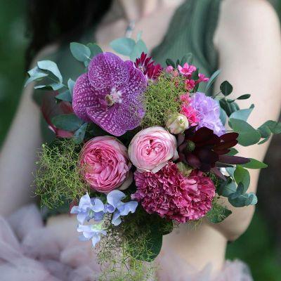 Компактный букет из пионовидных роз и орхидеи. Серия Магия желаний