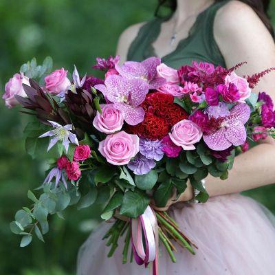 Современный букет из роз и орхидей. Серия Магия желаний